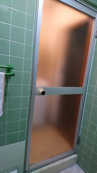 浴室扉を開き戸から折戸へ リフォーム